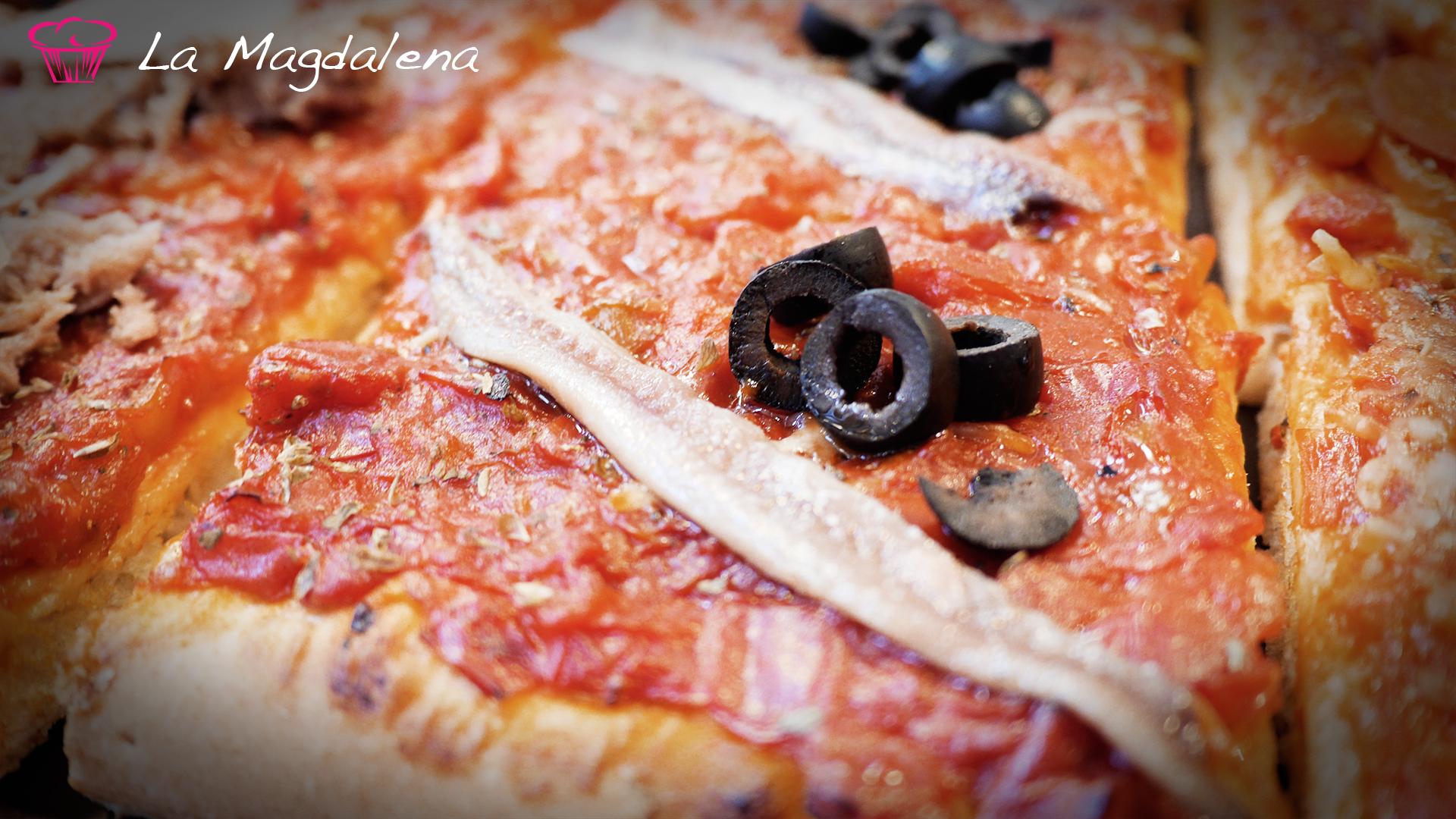 Coca de anchoas y aceituna